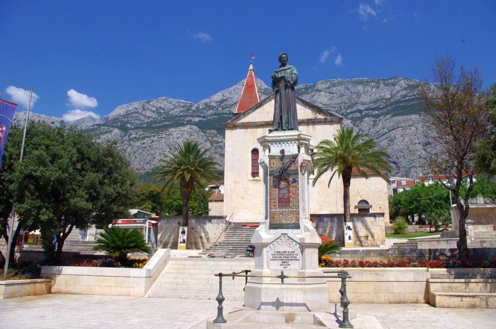 Spomenik Andriji Kačiću Miošiću u Makarskoj